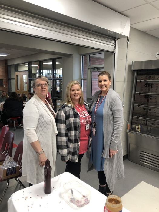 Mrs. Derryberry, Rosalie, and Patti were busy making pancakes this morning! They served our 5th graders and their teachers to kick off testing! Brain food to do their best! We are very appreciative of them for hosting breakfast this morning! Great things are happening here! ☄️